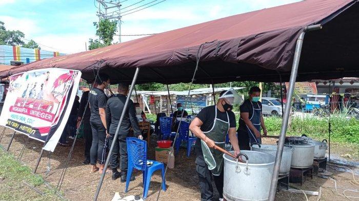 Brimob Papua Barat Buka Dapur Lapangan Layani Warga Terpapar Covid-19