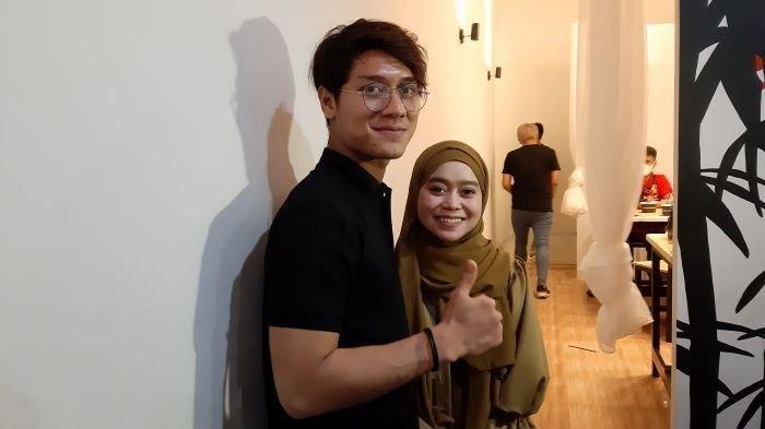 Pasangan selebritas Lesti Kejora dan Rizky Billar di kawasan Kemang, Jakarta Selatan, Selasa (22/12/2020).