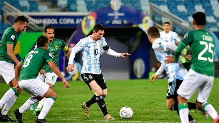 Momen Lionel Messi mendapat hadangan dari pemain Bolivia pada laga terakhir Grup A Copa America 2021.