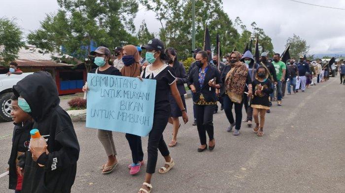 Ratusan tenaga kesehatan menggelar Long March di Oksibil