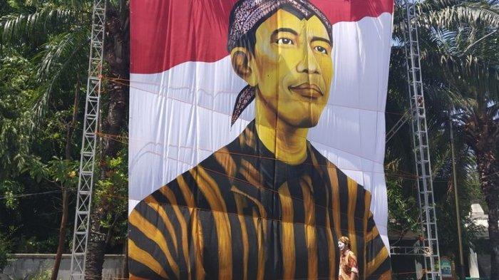 Lukisan Raksasa Presiden Jokowi Pakai Lurik dan Blangkon Terpasang di Solo Jelang Pelantikan