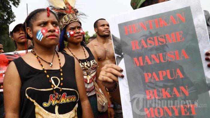 Massa Lukis Wajah dengan Gambar Bintang Kejora saat Demo di Depan Istana Negara dan Mabes TNI