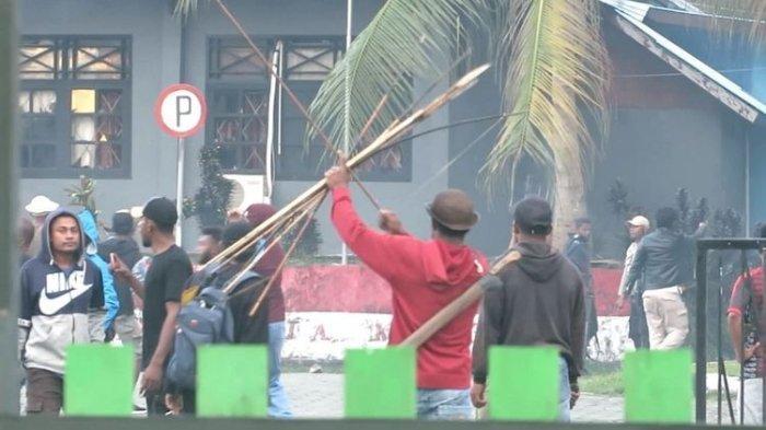 Kantor Bupati Waropen Papua Dibakar Massa, Polisi Lepaskan Tembakan Peringatan