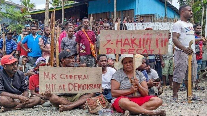 Massa Pendukung Erdi Dabi-Jhon Wilil Blokade Jalan Utama Yalimo Papua