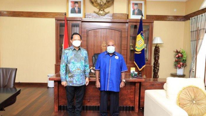 Mendagri Muhammad Tito Karnavian bertemu dengan Gubernur Papua Lukas Enembe di Gedung Negara, Kota Jayapura, Papua, Senin (5/4/2021)