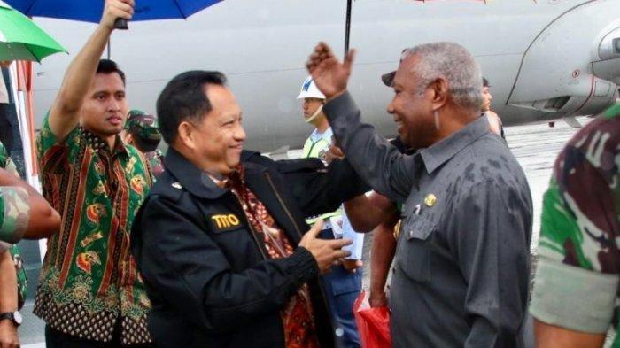 Kunjungi Manokwari, Mendagri Tito Karnavian Disambut Pelukan Hangat dari Gubernur Papua