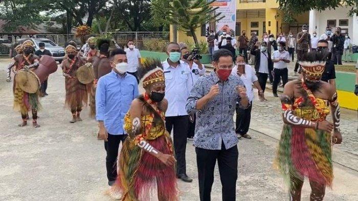 Lakukan Kunjungan ke Sorong, Menteri Nadiem Beri Bantuan Perahu untuk Alat Transportasi Pelajar