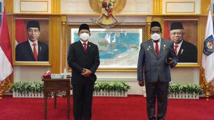 Menteri Dalam Negeri Tito Karnavian bersama Sekda Papua Dance Yulian Flassy usai pelantikan di Kementerian Dalam Negeri, Jakarta, Senin (1/3/2021).