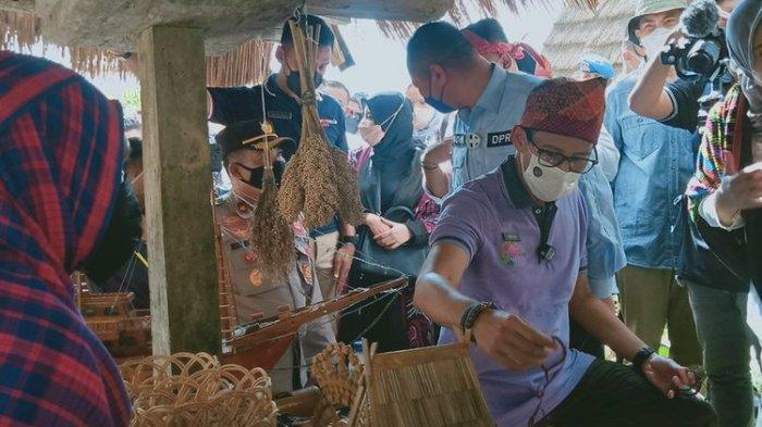 Menteri Pariwisata dan Ekonomi Kreatif, Sandiaga Salahudin Uno bersama Atta Halilintar mengunjungi Desa Wisata Maria di Kecamatan Wawo, Kabupaten Bima, NTB, Minggu (13/6/2021). Tepat di depan pintu masuk, mereka pun langsung disambut dengan tarian adat. Ditempat ini, Sandiago juga menyaksikan pertunjukan kesenian yang dimiliki Desa Maria.