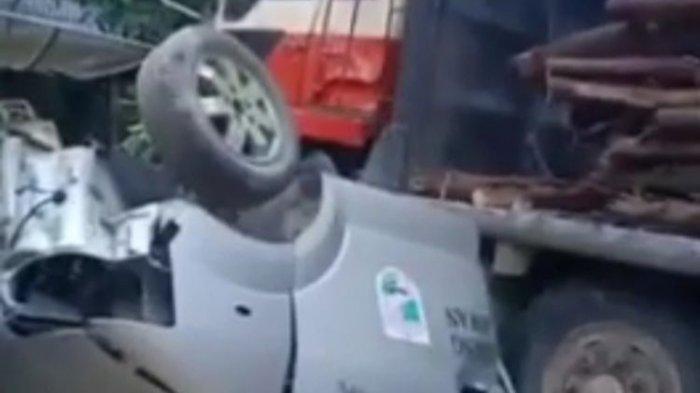 Truk Tronton yang Mati Mesin Tabrak 3 Mobil di Bengkel, Ambulans Remuk hingga Nyaris Terpotong