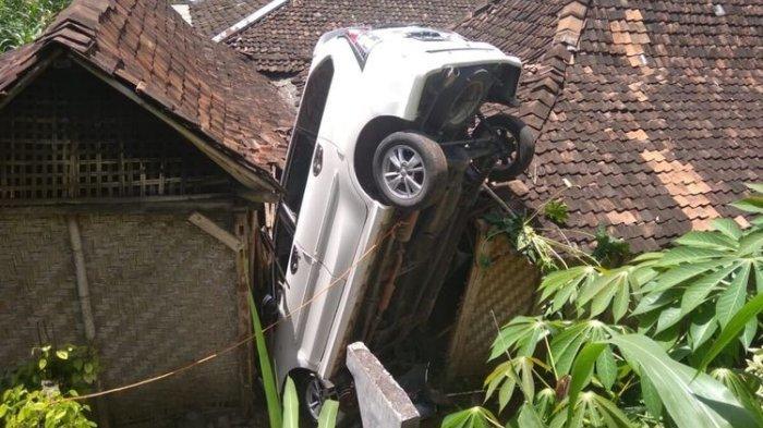 Mobil Avanza Terjun Timpa Rumah Warga di Gunungkidul, Sempat Melaju Tak Terkendali