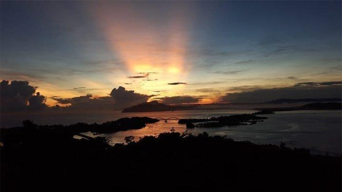 Menikmati Indahnya Matahari Terbit di Bukit Jokowi dengan Latar Teluk Youtefa Papua yang Mempesona