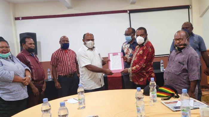 Mengadu ke Majelis Rakyat Papua, Pendukung Erdi Dabi-Jhon Wilill Tolak Putusan MK