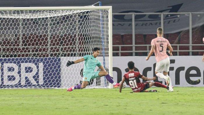 Muhammad Rahmat mencetak gol untuk Bali United ke gawang Persik pada laga perdana Liga 1 2021 di Stadion GBK, Jumat (27/8/2021).