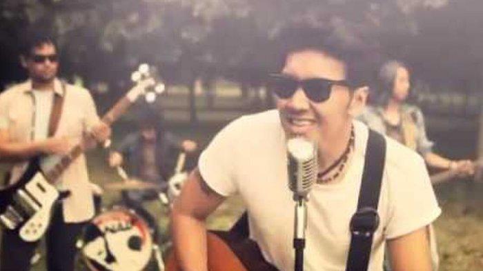 Lirik dan Kunci (Chord) Gitar 'Benci Untuk Mencintai' - Naif 'Aku Tak Tahu Apa yang Terjadi'