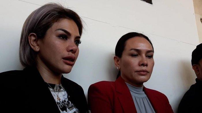 Nikita Mirzani bersama Fitri Salhuteru usai persidangan di Pengadilan Negeri Jakarta Selatan, Senin (2/3/2020).