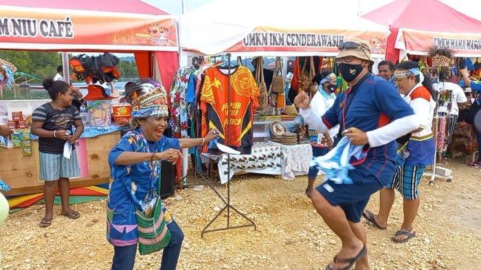 Ofisial Tim Dayung Jawa Barat Rayakan Juara Bersama Warga Papua: Bagikan Ikat Kepala Hingga Joget
