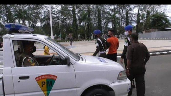 Kesal Ditegur, Oknum TNI Bercelana Pendek Perlihatkan Pistol ke Petugas Covid-19 di Sorong