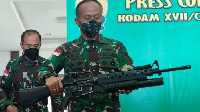 Pangdam XVII Cenderawasih, Mayjen Ignatius Yogo Triyono, menunjukan senjata api jenis M-16 yang dilengkapi dengan pelontar granat, yang berhasil diamankan oleh Babinsa Koramil 1715-05/ Batom dari dua anggita KKB, Jayapura, Papua, Rabu (8/9/2021)