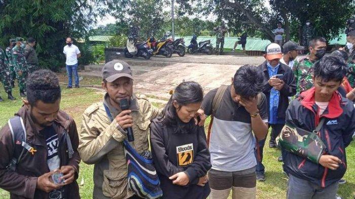 Para Nakes Puskesmas Kiwirok, tengah menceritakan pengalaman pahitnya saat diserang KKB di Distrik Kiwirok, Kabupaten Pegunungan Bintang, Senin (13/9/2021). Saat ini mereka sudah berhasil dievakuasi ke Jayapura dengan menggunakan helikopter milik TNI, Jayapura, Papua, Jumat (17/9/2021).