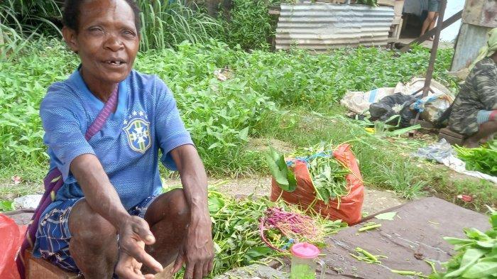 Suasana salah satu mama Papua yang medagangkan sayuran di Pasar Youtefa, Abepura, Kota Jayapura, Jumat (9/7/2021)