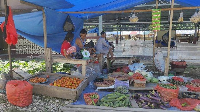 TUNGGU PEMBELI - Pedagang di Pasar Youtefa memilih berjualan di luar gedung karena lebih mudah mencari pembeli