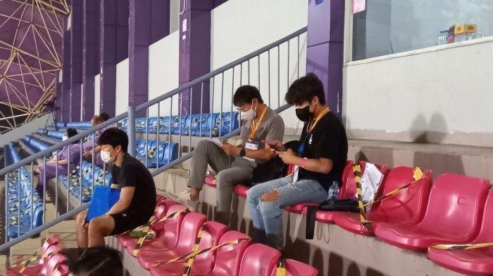 Pelatih timnas Indonesia Shin Tae-yong saat menyaksikan langsung laga Bali United vs Persib bandung di Stadion Indomilk Arena, Tangerang, Sabtu (18/9/2021) malam.