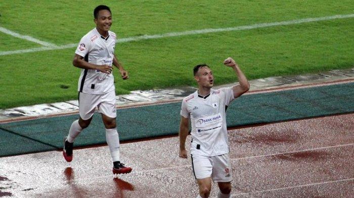 Pemain Persipura Jayapura, Thiago Amaral (depan) merayakan gol yang ia cetak ke gawang Persebaya Surabaya pada pertandingan yang digelar di Stadion Gelora Bung Tomo, Jumat (13/3/2020).