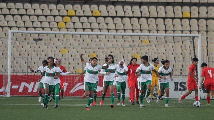 Para pemain timnas wanita Indonesia merayakan gol Baiq Amiatun ke gawang timnas Singapura dalam Kualifikasi Piala Asia Wanita 2022, Jumat (24/9/2021).