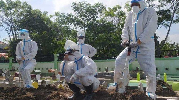 PEMAKAMAN COVID-19 - Fitra bersama tim pemakaman jenazah pasien covid-19 di Kota Madiun.