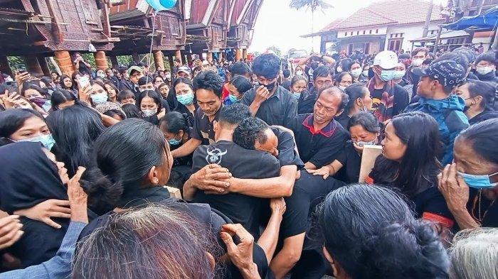 Pemakaman Yonathan Renden, guru SD asal Toraja Utara yang jadi korban penembakan KKB Papua diwarnai isak tangis, Rabu (14/4/2021).
