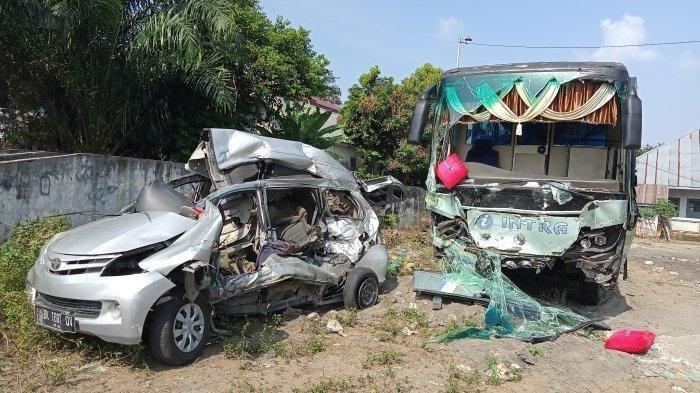 Penampakan dua kendaraan yang terlibat kecelakaan di Jalan Lintas Medan - Pematangsiantar Km 89-90, tepatnya Dusun V, Desa Naga Kesiangan, Kecamatan Tebingtinggi, Kabupaten Serdangbedagai, Minggu (21/2/2021) malam.