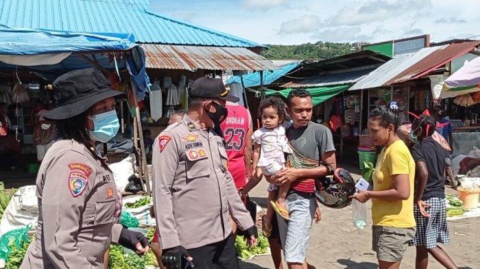 Polda Papua Barat Tertibkan Pedagang dan Pengunjung Tak Taat Prokes di Pasar Wosi