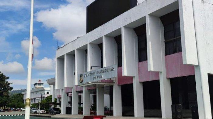 Pengibaran bendera setengah tiang di Kantor Gubernur Papua sebagai tanda duka cita atas meninggalnya Wakil Gubernur Papua, Klemen Tinal, di RS Abdi Waluyo Menteng, Jakarta, Jum'at (21/5/2021) pagi, Jayapura, Papua