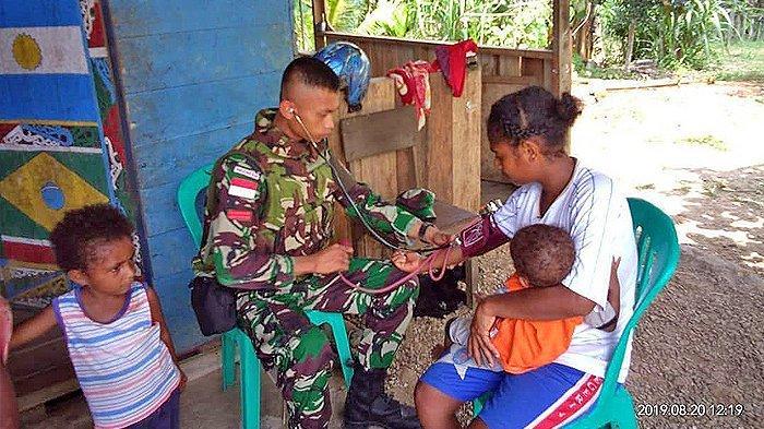 Berikan Pengobatan Gratis Door to Door, TNI Bantu Masyarakat Papua yang Jauh Rumahnya dari Puskesmas