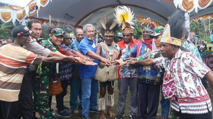 Lagu Indonesia Raya Berkumandang pada Acara Pengukuhan Dewan Adat Kabupaten Keerom Papua