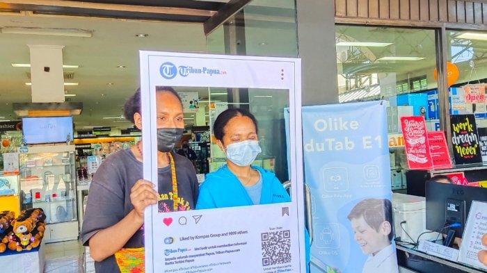 Pengunjung Toko Buku Gramedia Antusias Berfoto di Booth Instagram Tribun Papua