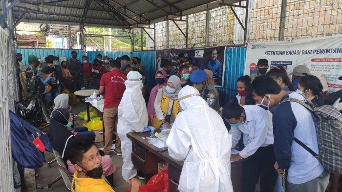 Penumpang KM Labobar di pelabuhan Jayapura saat menjalani rapid antigen