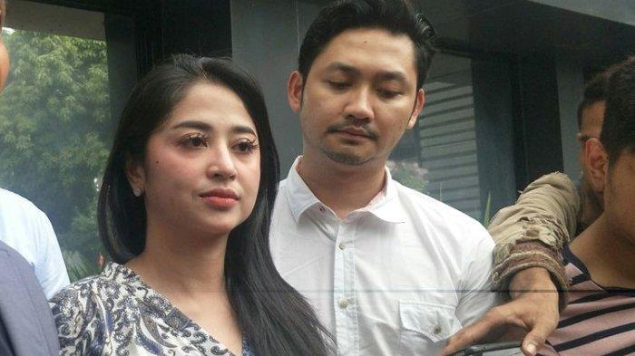 Penyanyi dangdut Dewi Perssik dan suaminya, Angga saat ditemui di Dit Reskrimsus Polda Metro Jaya, Jakarta Pusat, Jumat (5/7/2019).