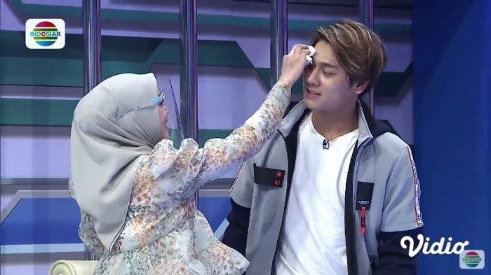 Penyanyi dangdut Lesti Kejora dan aktor Rizky Billar dalam kanal YouTube Indosiar, Selasa (13/10/2020). Lesti mengusap keringat di wajah Rizky Billar.
