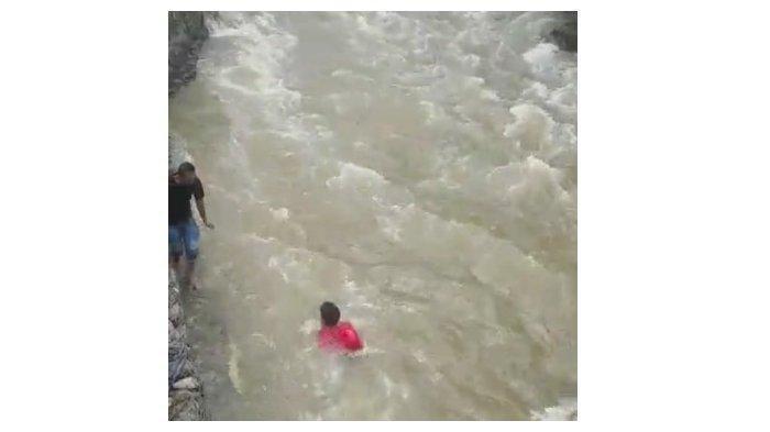 Video Detik-detik Aksi Heroik TNI Selamatkan Balita yang Hanyut di Sungai, Sempat Buat Heboh Warga