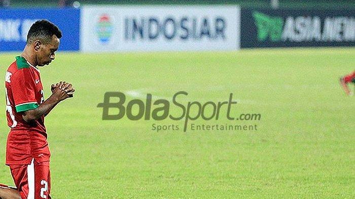 Penyerang timnas U-19 Indonesia, Todd Rivaldo Ferre, merayakan gol dengan berdoa saat melawan Si