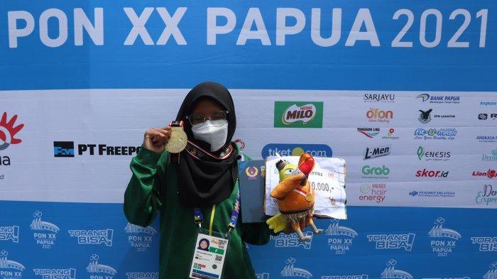 Perenang Jawa Timur Dea Salsabila Putri saat tampil pada cabang olahraga Renang Perairan Terbuka 3KM putri di PON XX Papua, Jayapura, Rabu (6/10/2021).