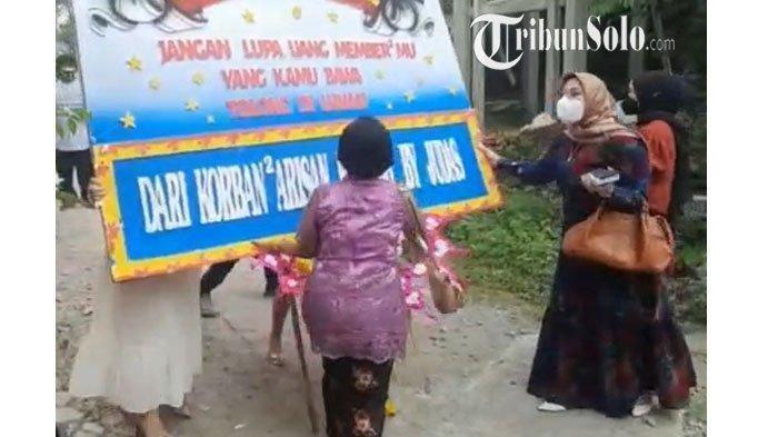 Viral Video Emak-emak Geruduk Pesta Pernikahan, Bawa Karangan Bunga Tagih Uang Arisan