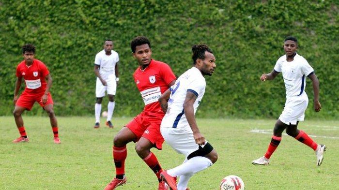 Persipura Jayapura mengadakan internal game yang dibagi tim merah dan putih selama persiapan untuk Liga 1 2021/2022 di Lapangan Agrokusuma Kota Batu, Jawa Timur, Kamis (19/8/2021) sore.