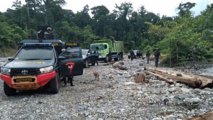 Personel Satgas Nemangkawi berada di Kali Yegi, Distrik Dekai, untuk mencari pekerja PT. Indo Papua yang melarikan diri dari KKB, Yahukimo, Papua, Senin (23/8/2021).