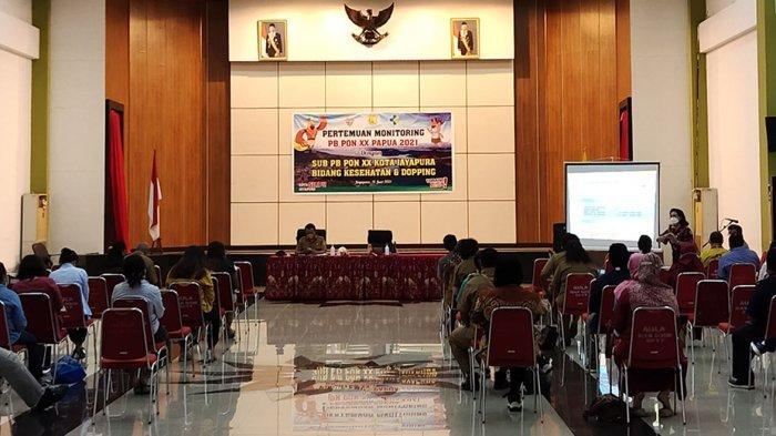 Suasana pertemuan antara Panitia Besar (PB) PON XX 2021, bersama sub PB XX PON Kota Jayapura membahas pengadaan kondom di Aula Sian Soor, Kantor Wali Kota Jayapura, Selasa (15/6/2021)