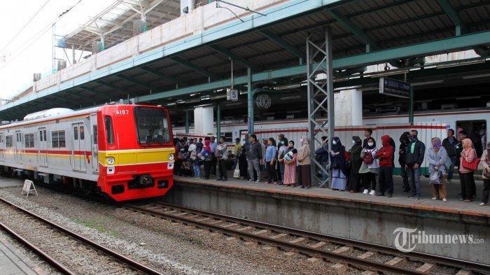 Video Antrean Panjang Penumpang KRL Stasiun Bogor saat PSBB Transisi, Tunggu 40 Menit untuk Tap In