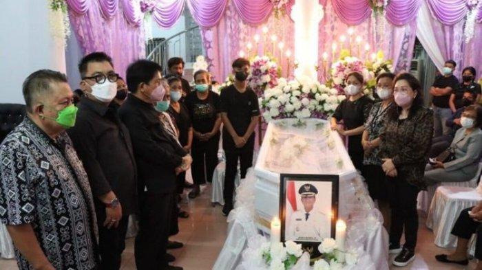 Pimpinan dan anggota DPRD Sulut saat melayat di rumah duka tempat disemayamkannya almarhum Wakil Bupati Sangihe Helmud Hontong.