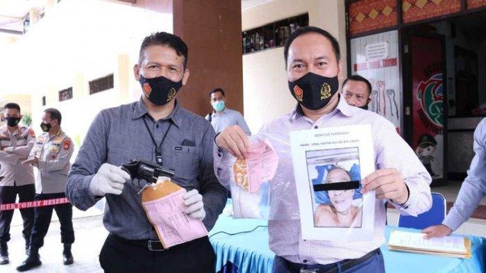 Polda Sumatera Selatan menunjukkan barang bukti senjata api jenis revolver yang digunakan oleh Uladi Sastra (43) mantan kepala desa yang menjadi bandar narkoba. Dalam penangkapan tersbeut, Uladi tewas lantaran terlibat baku tembak dengan polisi, Kamis (21/1/2021).